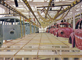 Em meados dos anos 60, Fuscas e Kombis saem da seção de pintura em direção à montagem final das carrocerias (fonte: O Globo).
