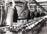 Depois de receberem o acabamento interno (abaixo), transportadores aéreos conduziam as carrocerias para a esteira de montagem dos órgãos mecânicos.