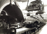 Na grande planta de São Bernardo do Campo, carrocerias prontas do Fusca chegam por via aérea ao encontro das plataformas, já com os órgãos mecânicos montados.