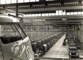 O enorme pavilhão da fábrica de São Bernardo do Campo dedicado à montagem de Fuscas e Kombis, no final dos anos 60.