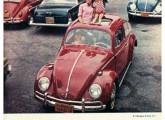 Volkswagen sedã com teto solar em propaganda de 1965.