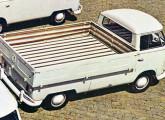 Mostrada no Salão com caçamba de madeira, um ano depois a picape VW foi reapresentada com dobradiças embutidas e revestimento de chapa de aço estampada.