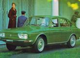 VW TL de quatro portas, lançado em 1971 com novo estilo dianteiro.