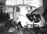 Fuscas, na fábrica do Ipiranga, recebendo os órgãos mecânicos.