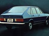 Passat quatro-portas (aqui na versão LS) - Carro do Ano de 1975; a imagem é de uma propaganda da Volkswagen.