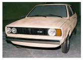 O Gol foi lançado em 1980, ainda utilizando o tradicional motor boxer Volkswagen, agora instalado na dianteira; na foto um dos estudos de grade, com a carroceria moldada em argila em escala 1:1 já no estilo definitivo (fonte: Carlos Meccia / autoentusistas).