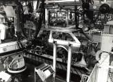 Montagem da carroçaria da Parati, já utilizando robôs nas operações de soldagem.